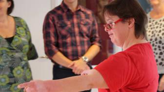 Maja Uddenberg leder workshops utifrån det nya metodmaterialet Dramakällan. Foto: Angela Sandberg.