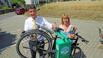 Henry Graichen und Sandra Brandt nehmen die erste Fahrrad-Selbsthilfewerkstatt in Betrieb - Foto: Andreas Schmidt