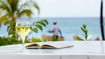 Et koldt glas hvidvin, en god bog, sol og tæt på en lækker strand er en god feriekombination.