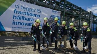 Annika Karlsson, Egbert Henstra, Rolf Edvinsson, Hendrik van Dam, Joppe Smit och Bob van der Leek från AkzoNobel Specialty Chemicals tar det första spadtaget för en demonstrationsanläggning i Stenungsund.