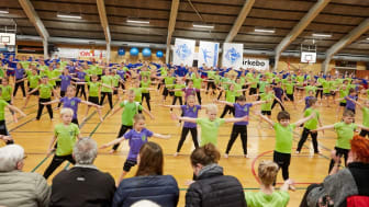 Alle elever fra Mariagerfjord Idrætsskoler deltager i den lokale idrætsforening Onsild IF's gymnastikopvisning