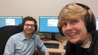 Die eSportler des Bayernwerks unterstützen Folding@home. Xaver Wellnhofer, Administrator, und Julia Wenzl, Spartenleitung, stellen Rechenleistung der Gaming-Computer für Forschungszwecke bereit.
