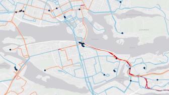 Röda linjer representerar biodiesel, blåa linjer står för elektrisk/konduktiv laddning och orange linjer elektrisk/induktiv laddning.