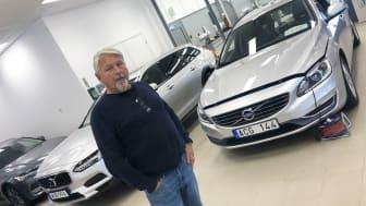 Tommy Kvarnström, vd Henningsons El i den nyöppnade anläggningen Rolf Ericsson bil i Falun.