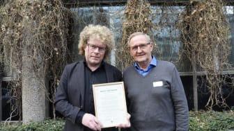 Dag Jørund Lønning fikk hedersprisen Årets Meitemark 2019. Her sammen med styreleder i Økologisk Norge, Jostein Trøite. Foto Lotte Shephard