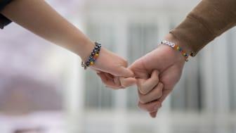 Stötta Ung Cancer genom att köpa deras armband ombord på MTR Express. Fotograf: Mika Ågren