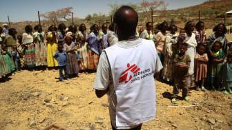 Läkare Utan Gränsers personal informerar kvinnor och barn som väntar på att få vård i en av våra mobila kliniker i Adiftaw, i norra Tigray.