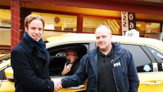 Tom Erik Lund, daglig leder i Moss Taxi (høyre), Christian Salvesen, prosjektansvarlig for samarbeidet med Moss Taxi i KGK Norge (venstre) og Morten Jensen, taxisjåfør i Moss Taxi som tester alkolås (i midten).