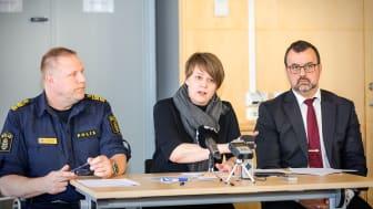 Stefan Sintéus, polisområdeschef, Katrin Stjernfeldt Jammeh (S), kommunstyrelsens ordförande, och Per-Erik Ebbeståhl, trygghets- och säkerhetsdirektör i Malmö stad, vid onsdagens pressträff.
