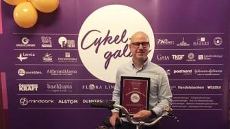 Sally Bauerskolans rektor Kristian Bengtsson tog emot skolans pris Årets cykelvänligaste arbetsplats 2019