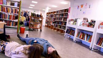 Mirka Mutkas Slowotek görs i samarbete med koreografer och dansare på bibliotek i länet.