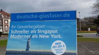 Mit dieser mobilen Werbetafel wirbt Deutsche Glasfaser für das perfekt vernetzte Gewerbegebiet