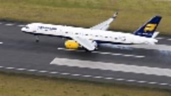 Icelandair transporterar för första gången mer än 300.000 passagerare under en månad.