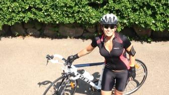 Hon cyklar för barnen