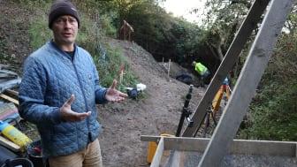 ROMUs arkæolog Ole Kastholm ledte udgravningen ved den stejle Ejby Klint, hvor arbejdet blev foretaget ved håndkraft. Foto: Niels Hein /ROMU