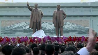 To store statuer af Kim Il-Sun og Kim Jong-Il,  der bliver afsløret for en forsamling i Nord Korea.