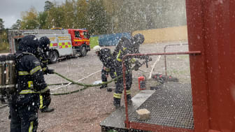 Brandmännen från RTMD övar rökdykning.