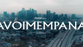 Helsinkiläinen rap-artisti ja näyttelijä Gracias on valittu Coca-Colan ensimmäisen koronakriisin jälkeisen televisiomainoksen sanoittajaksi ja ääneksi Suomessa.