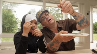 Konstnären Richard Johansson och Noor Abdul utforskar olika material och tekniker. Foto: Peter Hartman