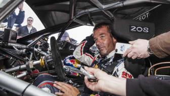 Sébastien Loeb intervjuas av pressen efter segern i Pikes Peak 2013
