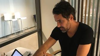 Alexandre Gomes i ett av Inkubatorns konferensrum