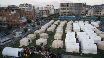 Her er en av de midlertidige leirene, satt opp på en fotballbane i byen Durrës. Rundt 4000 er blitt hjemløse etter jordskjelvet. Foto: Valdrin Xhemaj / EPA / NTB scanpix