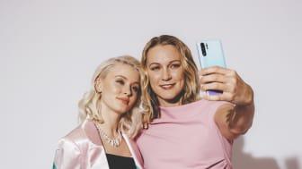 Zara Larsson och Sarah Sjöström tar en selfie.