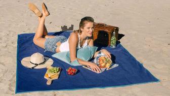 Supersmart piknikteppe med en unik veveteknikk som gjør at sanden renner rett gjennom teppet.