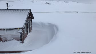 DNT hytte - Tverrbrentstua. Det er  overvann på myrene