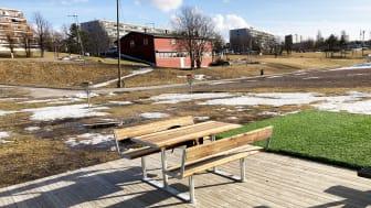 Nytt piknikbord i Tokeruddalen ved Stovner rockefabrikk