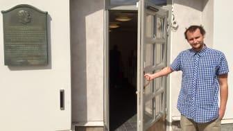 I en ny lokal mitt på Gustaf Adolfs torg, vägg i vägg med Börshuset, ska unga slussas till rätt hjälp. Max Carlström från Skyddsvärnet är en av ungdomshandledarna på plats.