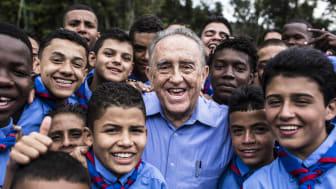 På denna bild från ett av förra årets skolbesök tar skolbarn selfies med en av 2017 års barnrättshjältar, Manuel Rodrigues.