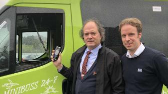 Kent Wigardt (venstre) sjåfør hos Minibuss 24-7 og Christian Salvesen, prosjektansvarlig for trafikksikkerhet og Dräger Alkolås hos KGK i Norge.