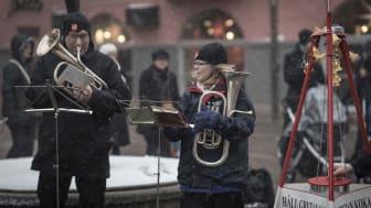 Frälsningsarmén är ute med sina julgrytor i ur och skur runt om i landet. Foto: Jonas Nimmersjö