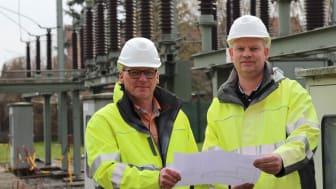 Projektleiter Frank Rathert (li.) und Leiter Betrieb Delbrück Ulrich Halsband besprechen die anstehenden Arbeiten vor Ort im Umspannwerk Salzkotten.