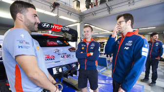 Espen Ruud (i midten) fra Geilo spiller en sentral rolle i teamet til rallyesset Thierry Neuville.