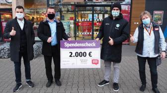 Gemeinsam stark für Kinder: Rewe-Vertriebsleiter Frank Hofman und DHfK-Manager Karsten Günther (beide Mitte).