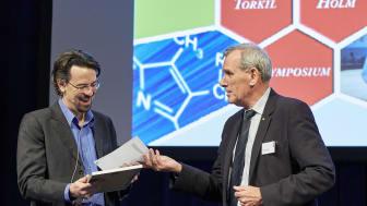 Professor Klaus Bock overrakte Torkil Holm Prisen 2016 til Dimitrios Stamou.