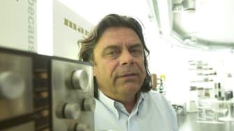 Erling Neby har solgt mer enn 600 000 Tivoli-radioer, og forvalter agenturet til arvtageren, Geneva. Foto: Gunnar Østmoe