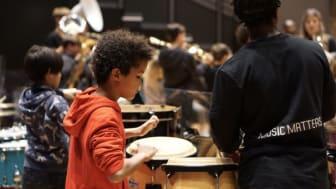 Engasjerte praktikanter i alderen 16-25 år har fokus på at alle deltakerne blir med, enten de driver med opplæring på instrument eller miljøarbeid.