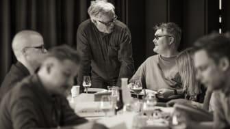 Gastronomiska Samtal grundades av Hans Naess (stående) och Mathias Dahlgren. Här i samspråk under året juryarbete för Matverk, Sveriges största produktutvecklingstävling. Vinnarna offentliggörs för femte året i rad under Forum Nyköping.