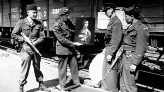 """Lt. Frank P. Albright med flera poserar med Leonardo da Vincis """"Dam med hermelin"""", vid dess återkomst till Polen i april 1946. Källa: Wikimedia Commons. Fotograf okänd."""