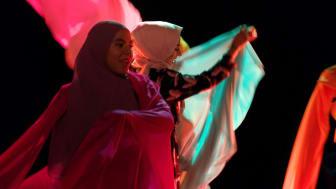 UR har gjort en tv-version av den omtalade teaterföreställningen Svenska hijabis. Den visas på UR Play och i SVT1 den 14 mars kl 22. På bilden syns Sarah Ameziane och Shama Vafaipour. © Foto: Lil Trulsson/UR