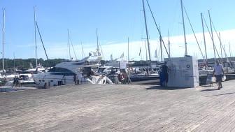 Östersjöpärlan Sandhamn i Juli där Bluewaters unika vattenreningsteknik förvandlar havsvatten till rent och gott vatten att dricka, laga mat och duscha i.