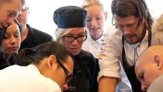 Daniel Roos, konditor och kursledare hos GastroMerit med ett gäng engagerade elever