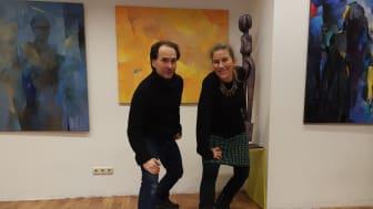 Tanzpädagoge und Choreograph Preslav Matchev mit der Künsterlin Rosa Treß vor den Gemälden von Larissa Strunowa