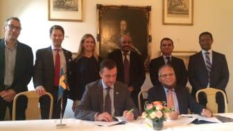 Signering vid Svenska Ambassaden i Addis Ababa av Fredrik Wijkander, Director of Investment Operations Swedfund och Mr M.A. Rahim, vice ordförande i DBL Group.
