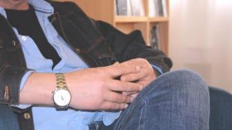 Joakim drack dygnet runt, blev hemlös och höll på att dö. Idag har han tagit körkort, fått jobb och känner hopp inför framtiden. Gemenskap och en träningslägenhet var viktiga delar i återhämtningen.  Foto: Skyddsvärnet