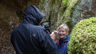 Naturvårdsbiologen Lena Gustafsson filmas av Sverker Johansson.