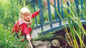 Mädchen am Gartenteich